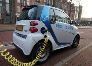 samochód elektryczny podłączony do stacji ładowania